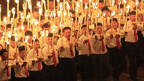 Tik Šiaurės Korėjoje: tūkstančiai studentų šventė su žibintais ir fejerverkais