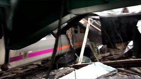 Traukinio avarijos vietoje – krūvos nuolaužų