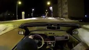Spaudžiant 12 laipsnių šalčiui Gargždų gatvėmis važinėjosi atviru kabrioletu