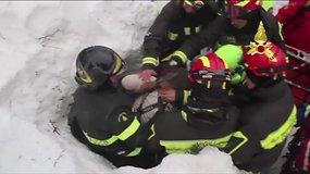 Džiaugsmingos akimirkos: po dviejų parų išgelbėti Italijos viešbutyje sniegu užversti žmonės
