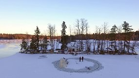 Pasaulį sužavėjo suomio įrengta karuselė ant ledo