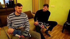 Krepšininkai Lavrinovičiai aplankė neseniai gimusius  bendrapavardžius dvynukus