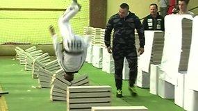 Šešiolikmetis pasiekė rekordą – per 35 sekundes galva suskaldė 111 betono luitų