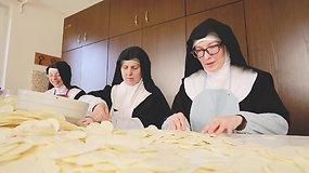 Vieni iš mūsų. Itin uždarą gyvenimą pasirinkusi vienuolė papasakojo, kodėl mokslą išmainė į religiją
