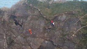 Anglijoje trijų paauglių nuotykis nepavyko – gelbėtojams teko juos nukelti nuo uolos