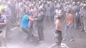 Prieš G-20 susitikimą Hamburge – įspūdinga zombių eisena ir ašarinėmis dujomis vaikyti protestuotojai