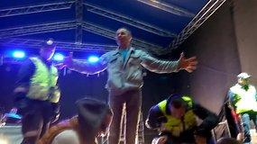 Žadėtų grupių festivalyje nesulaukusi minia įniršo, ant scenos lipo policija