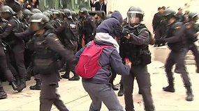 Nuo smurtaujančių Ispanijos pareigūnų katalonus gynė ugniagesiai