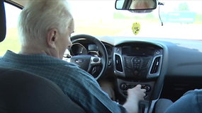 Garbaus amžiaus vairuotojai demonstravo savo vairavimo įgūdžius