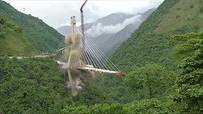 15 žmonių pražudęs tiltas išlėkė į orą