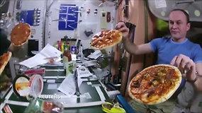Astronautai parodė, kaip valgomos picos kosminėje stotyje