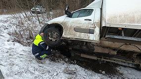 """Panevėžio rajone į griovį nuvirto """"Renault"""""""