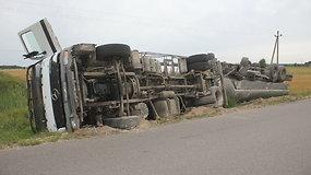 Biržų rajone apsivertė pienvežis