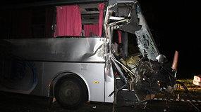 Prie Panevėžio susidūrė keleivinis autobusas ir traktorius