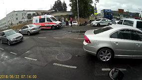 "Ryto avarija Vilniuje – po smūgio ""Volvo"" įvažiavo į griovį"