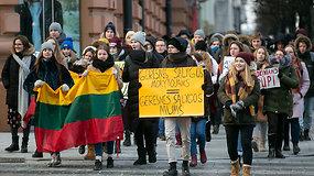 Nepatenkinti moksleiviai nusprendė nebetylėti: surengė protestą prie Švietimo ir mokslo ministerijos