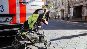 Vyras automobiliu parėjoje partrenkė dvi moteris su vaikais