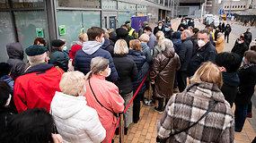 Eilės prie skiepijimo centro Vilniuje – kodėl neišvengta grūsčių?