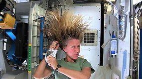 Astronautės patarimai: kaip išsiplauti plaukus esant kosmose?