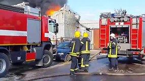 Vilniuje liepsnoja atliekų sandėlis: užterštas oras, patariama neiti į lauką, Lydos plentas skendi dūmuose