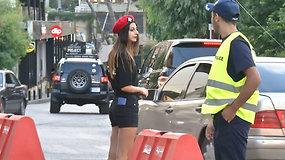 Libano kurortas turistus vilioja šortus dėvinčiomis policijos pareigūnėmis