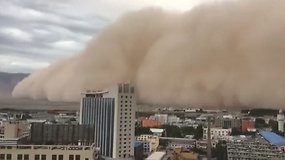 Galinga stichija Kinijos Golmu miestą padengė smėliu ir dulkėmis