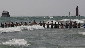 Skęstančius Mičigano ežere poilsiautojai gelbėjo suformavę žmonių grandinę