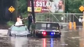 Patvinusiame kelyje ant automobilio stogo įstrigusią jaunąją teko gelbėti pareigūnams