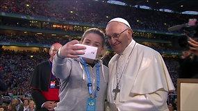 Įsimintina asmenukė: popiežius Pranciškus nusifotografavo su gerbėja