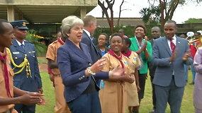 Theresa May renginyje Kenijoje vėl nepraleido progos pašokti