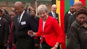 Per apsilankymą Keiptauno mokykloje Theresa May demonstravo keistus šokių judesius