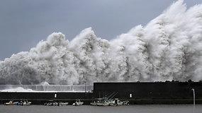 Japonijoje siaučia stipriausias taifūnas per 25-erius metus: vėjo greitis siekia 217 km/val.