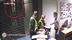 Vilniaus policija skelbia įrašą, kaip krisdamas susižaloja sulaikytasis