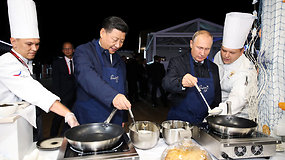Nusprendę pailsėti nuo tarptautinės politikos V.Putinas ir Xi Jingpingas išsikepė blynų