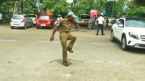 Intensyvų Indijos kelių eismą reguliuoja šokantis pareigūnas