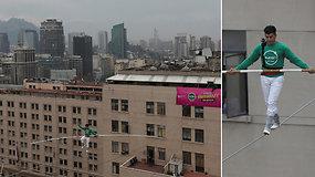 Gyventojai sulaikę kvėpavimą stebėjo įspūdingą lyno akrobato pasirodymą  70 m aukštyje