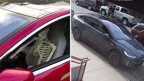 """Vairuotojo vietoje – skeletas: """"Tesla"""" vairuotojai demonstruoja savo automobilių galimybes"""