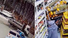 Nelaime pasibaigęs apsipirkinėjimas: sunkvežimis įsirėžė į parduotuvės sieną
