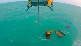 Apsivertus katamaranui jūreivis 12 val. praleido ryklių knibždančioje jūroje