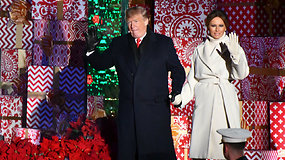 Už Baltųjų rūmų papuošimus sukritikuota Melania Trump įžiebė JAV nacionalinę Kalėdų eglę