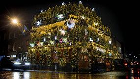 Kalėdiškiausia aludė visame pasaulyje vilioja 21,5 tūkst. lempučių ir net 95 eglėmis
