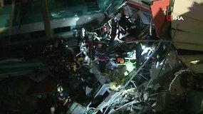 Turkijoje greitasis traukinys įsirėžė į viaduką: žuvo devyni žmonės, dešimtys sužeisti