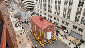 """Vašingtone žmonės stebėjo neeilinį reginį – gatvėmis """"važiavo"""" namas"""