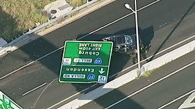 Vairuotoja išgyveno šiurpų incidentą: greitkelyje ant jos automobilio užkrito didžiulis kelio ženklas