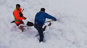 Traukinio mašinistas neliko abejingas po sniego lavina palaidotam nelaimėliui