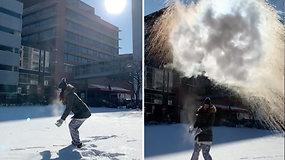 Dėl rekordinio šalčio amerikiečiai rado naują užsiėmimą – verdantis vanduo per akimirksnį virsta sniegu
