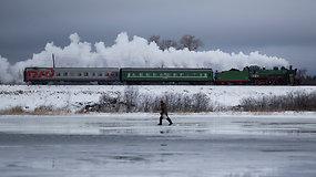 """Nebeįprastas reiškinys Rusijos geležinkelyje: vagonus traukia garvežys """"su siela"""""""
