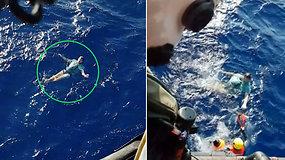 Triukas išgelbėjo gyvybę: išsviestas už borto vyras ant išpūstų džinsų vandenyne plūduriavo kelias valandas