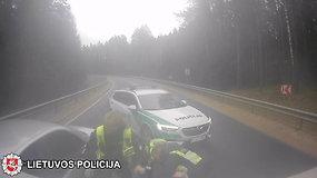 """Nufilmuotos neblaivaus """"Audi A4"""" vairuotojo gaudynės Vievio seniūnijoje"""