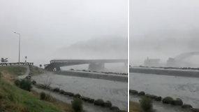 Prieš stiprią audrą neatsilaikė net tiltas: užfiksuota, kaip jį nuplauna galinga vandens srovė